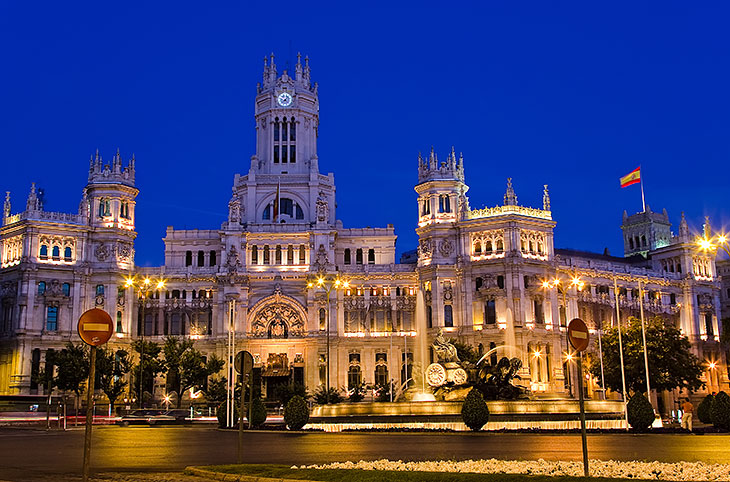 The Plaza de Cibeles at night